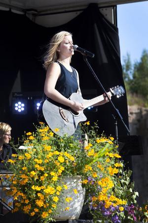 """ung. Amelia Axelsson,  15 år från Skärplinge spelade och sjöng Tom Pettys klassiker """"Free fallin"""" för publiken.""""Nu slår hjärtat rätt hårt"""" sa hon några minuter innan hon skulle upp på scenen."""