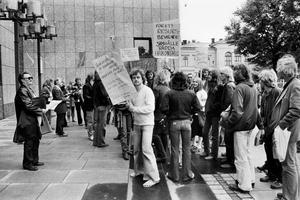 Protest mot rivning. Aktionsgruppen som ville bevara Hakonshus som kulturhus demonstrerade inför ett möte med kommunfullmäktige i augusti 1978. Protesterna var förgäves.
