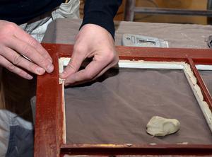 Maritha Gunnarsson som håller i kursen om fönsterrenovering, föredrar att lägga nytt kitt direkt med fingrarna.