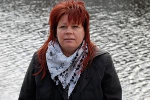 Arbetssökande med flera tillfälliga jobb, Anita Järpholm. Anita är 44 år har en tolvårig dotter och skriver till statsministern att hon både är förbannad och förtvivlad över A-kassereglerna.