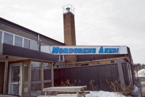 När en oljetank skulle flyttas, uppstod gnistbildning. Lokalen som tillhör Nordgrens åkeri rökfylldes vid lunchtid på torsdagen.