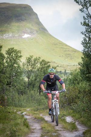 Fjällturen är lika mycket en naturupplevelse som ett tufft mountainbikelopp. På bilden: Anders Södergren.