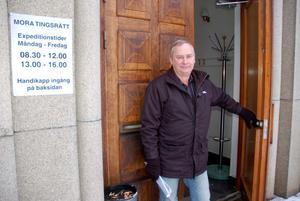 En glad och frikänd Nils Andersson på väg ut från Tingshuset.