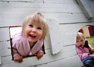 På Åtegården finns många roliga lekplatser.                     Agnes Andersson, 2,5, och Silje Hägglund, 1, har hittat en.