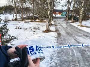 Polis spärrade av tomten runt det nedbrunna huset.