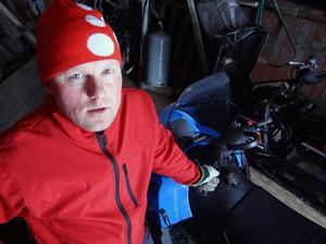Axel Olsson bor i Klövsjö och driver jordbruk tillsammans med sin yngre bror. Han är hårt prövad av såväl skotertrafik som skoterförare. – Turismen växer och då ökar även skotertrafiken och så länge skotertrafiken inte är reglerad ökar skadorna, säger han.