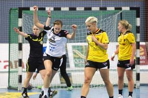 Mål! Där satt den, Lina Karlsson jublar efter ett av VästeråsIrstas mål. Eslövs spelare fullt förståeligt mindre glada.