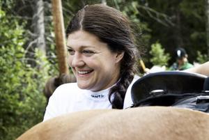 Trivsel. Det är sjätte året som Annika Eriksson är med på långturen, men det lär inte bli den sista. – Islandshästar är så behagliga, det är så mysigt att göra upp eld och man lär känna gruppen så bra, tycker hon. Foto:Stina Rapp
