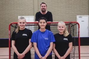H/B-trion Ida Olofsson, Linnéa Brolin och Sammy Law tillsammans med tränaren Johnny Olofsson.