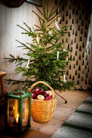 Med röda äpplen och juleljus skapar du julstämning på nolltid.
