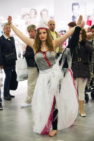 Det var inte bara designerna som tänjde på gränserna, Johanna Larsson gjorde akrobatik för publiken.