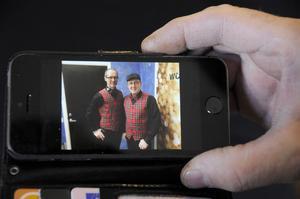 """Scenkostymerna kommer och går. Den här varianten från februari 2015 är nu utbytt mot klädkod svart och rött. """"Då får man ha det man trivs i"""", säger Jan Oscarsson."""
