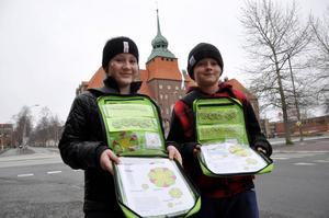 Albina Shali, 10, och Filip Magnusson, 11, från Norra skolan i Östersund säljer majblommor för att hjälpa fattiga barn.