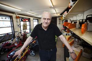 En och en halv kilometer lagerhyllor har Erik Pettersson i sin affär, och omkring 50 000 artiklar. I dag fyller han 65 år, men han har absolut inga tankar på att sluta jobba.