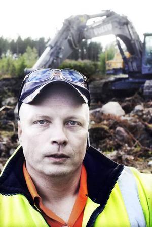 Kjell-Arne Persson (M):– Jag tror att Ockelbo kan vara stark som en egen kommun, men jag är ingen tokskalle. Inget är skrivet i sten, samhället förändras och då gäller det att vi gör det bästa av saken. Blir vi för små, så att det blir för dyrt för kommuninvånarna är en sammanslagning kanske det bästa.– Vi måste bli en populär inflyttningskommun. Men då måste vi se över kommunikationerna framför allt och även skattetrycket. Jag tror också att det är viktigt för oss som en liten kommun att vi samarbetar med andra kommuner här runt i kring för att göra vår organisation så effektiv som möjligt. Är vi för små är det risk för att det blir för dyrt.