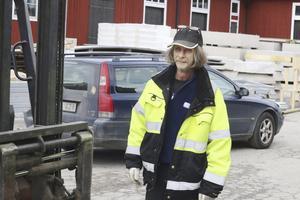 Nöjd. Kent Nordholm arbetar med att bygga delar till bryggor. En ny verksamhet för företaget.Foto: Seth Jansson