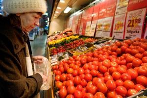 """""""Jag har inte tänkt på att grönsakerna blivit dyrare, jag handlar på som vanligt. Vi är bara två personer hemma, så priset märks inte så mycket"""", säger Inga-Lill Olsson."""