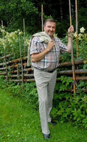Ehrling Eliasson trivs i Ullångerstrakten. Här kan han koppla av, meta i bäcken eller plocka kantareller i skogsbackarna.