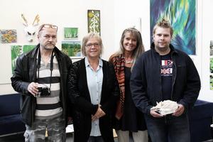 Mauri Ignatius, Gunilla Hammarström, Silja-Satu Kirchgaesser och Lars Ivarsson från Vändplatsen är fyra av dem som nu ställer ut i Svenska fönsters foajé i Edsbyn.