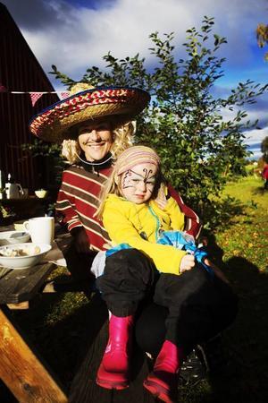 Lotta Bäck njuter tillsammans med sin dotter Rut Bäck i solen.