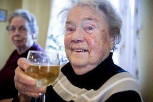Hej och skål. Vivan Östberg lyfter ett glas cider. Är det fest så är det.