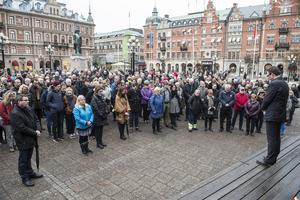 Sundsvall 16 november: Sundsvall håller en tyst minut för terrorns offer i Paris.