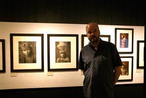 Museichefen Ola Hanneryd intill Edward S Curtis bilder.