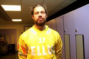 Lagkaptenen Aksel Örn Ekblom i Tellus gula matchtröja, som han själv har designat.