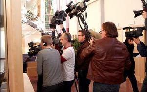 Mediauppbådet trängdes vid expeditionsluckan i Falu tingsrätt när Eklund-domen avkunnades.