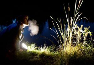 Trädgårdsmästaren Erik Blomqvist njöt i fulla drag i den sköna höstkvällen där han tagit en paus vid den upplysta vasskanten.