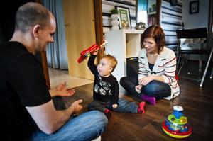 Hugo är Johanna Rindelövs och Keijo Rytkys första gemensamma barn. Eftersom Hugo har Downs syndrom tar det längre tid för honom att lära sig prata. Under hösten har hans föräldrar gått en ny kurs i Sollefteå om alternativ kommunikation.