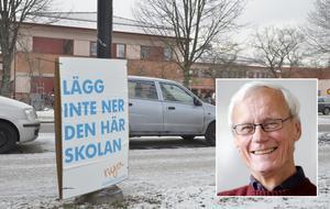 Vänsterpartisten Hans Holberg vill att Moderaternas tar bort sina skyltar vid Wadköpings utbildningscenter.
