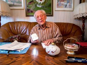 90-årige Einar Högbergs goda minne har lett fram till en självbiografisk bok som han önskar ska nå ut till en större läsekrets än de egna barn- och barnbarnen.