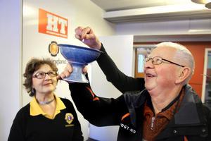Siw Stomberg från Lions och Börje Edoff från IOGT-NTO drog lotten med namnet på Hudiksvalls lucia för 2012. Foto: Ulf Borin