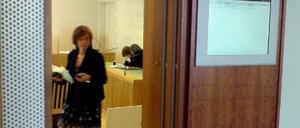 Åklagare Birgitta Fernlund och den 31-åriga kvinna som hukar bakom sin försvarare.