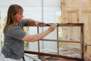 Att renovera sina gamla fönster är mycket billigare än att köpa nytt. Men det är viktigt att inte stressa, för det tar tid. På bilden målar Maritha Gunnarsson med linoljefärg.