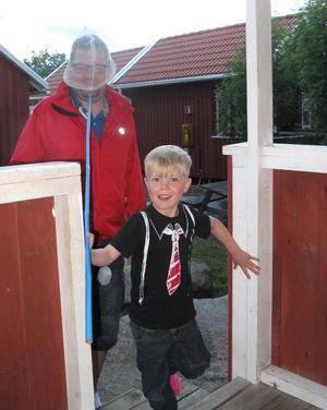 Mitt barnbarn Herman var så lycklig att han fångat denna stora man. Han är min sambo och heter Anders Sundkvist.