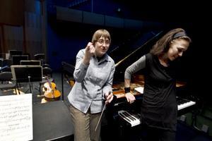 Ett första samarbete. Dirigenten Ewa Strusińska och pianisten Katrine Gislinge spelar Clara Schumanns pianokonsert i Gävle konserthus i kväll. Ett program fyllt av kvinnokraft.