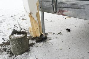 Bilen slog in i stolpen och lämnade ett tydligt färgavtryck på rampen.