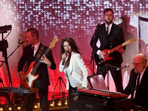 Lena Philipsson bland sina medmusikanter under söndagens konsert på OSD i Östersund.