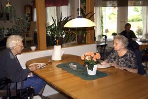 Lunch. Nanna Ljungquist, Svea Bjurström och Gustav Kindgren på Ramundergården i Laxå äter lunch. Idag lagas maten ute på de olika avdelningarna för att de äldre ska känna att det luktar mat.