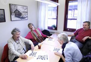 Gerd Hedström, Inger Karlsson, Kenneth Karlbom och Majken Norström har skoj varje lördag när de löser Melodikrysset tillsammans.