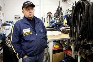 – Det verkar som att det fungerar lika bra med hö som med kraftfoder, säger Lars-Åke Svärdfeldt som är ansvarig tränare för de 16 hästarna i studien.