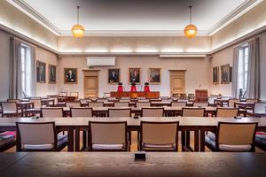 Enbart politiker och tjänstemän får numera vistas i själva sessionssalen. Åhörare hänvisas till läktaren, med en annan ingång.