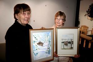 Gunnel Engqvist och Kerstin Palm från Nybblekyrkans akvarellgrupp hänger på Capio vårdcentral i Fjugesta.
