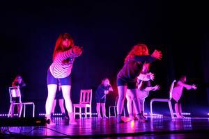 De äldsta ungdomarna i Kix börjar bli vana att ta till sig koreografi.