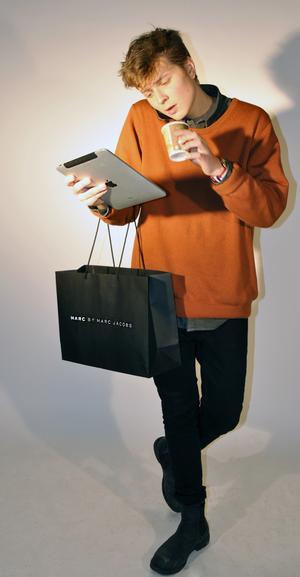 """FASHIONISTA: Kläder:  Allt du ser på Elin Klings blogg.Attityd: Stress? Lite bättre än alla andra (lägg på stockholmsdialekten), alltid en latte i ena handen och iphonen i andra. Pose: """"Hoppsan, tar du kort på mig?"""""""