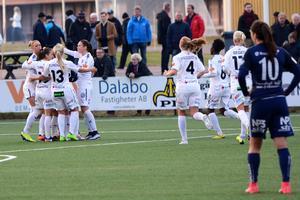 Rosengård firar Ebba Wieders andra mål för dagen.