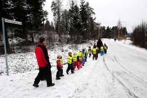 Enligt planerna ska barnen i framtiden få en egen cykel- och gångväg att ta sig fram på för att slippa gå på Artur Engbergs väg.