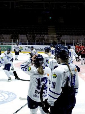 LIF-damerna värmer inför matchen mot Munksund-Skuthamn.